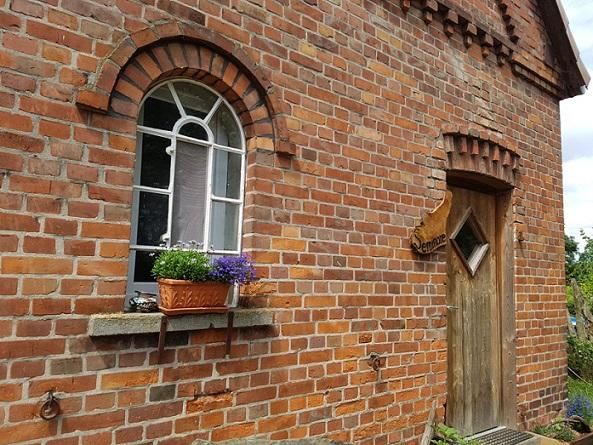 Tür zur Seminarwohnung auf Hof Steigerwald